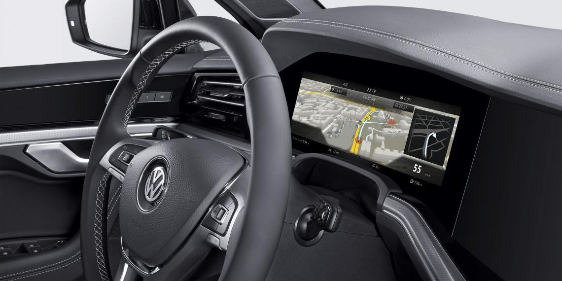 Первый изогнутый дисплей панели приборов Bosch